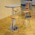 Stehtisch aus Tischlereifertigung, Hocker von amat-3