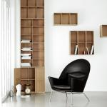 Sessel CH468 (Hans J. Wegner) und MK Bookcase System (Design: Mogens Koch)