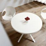 Tisch Oops, Design: Monica Graffeo mit Stuhl Elephant, Design: Neuland. Paster & Geldmacher