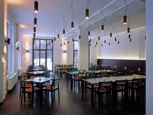 Restaurant Schwanenburg mit dem Holztisch 1480 und dem Holzstuhl S 488 von THONET