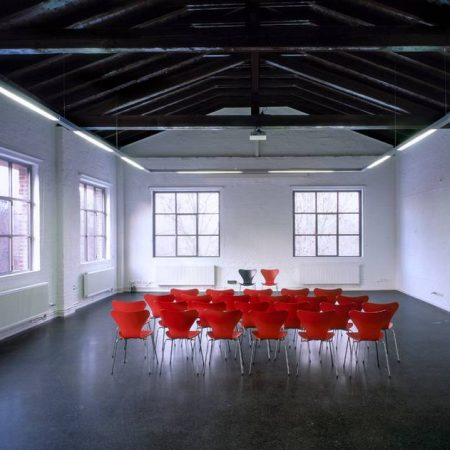 Rüdenbergsaal, Schulungsraum in der Schwanenburg Limmer mit Stuhl 3107 von Fritz Hansen